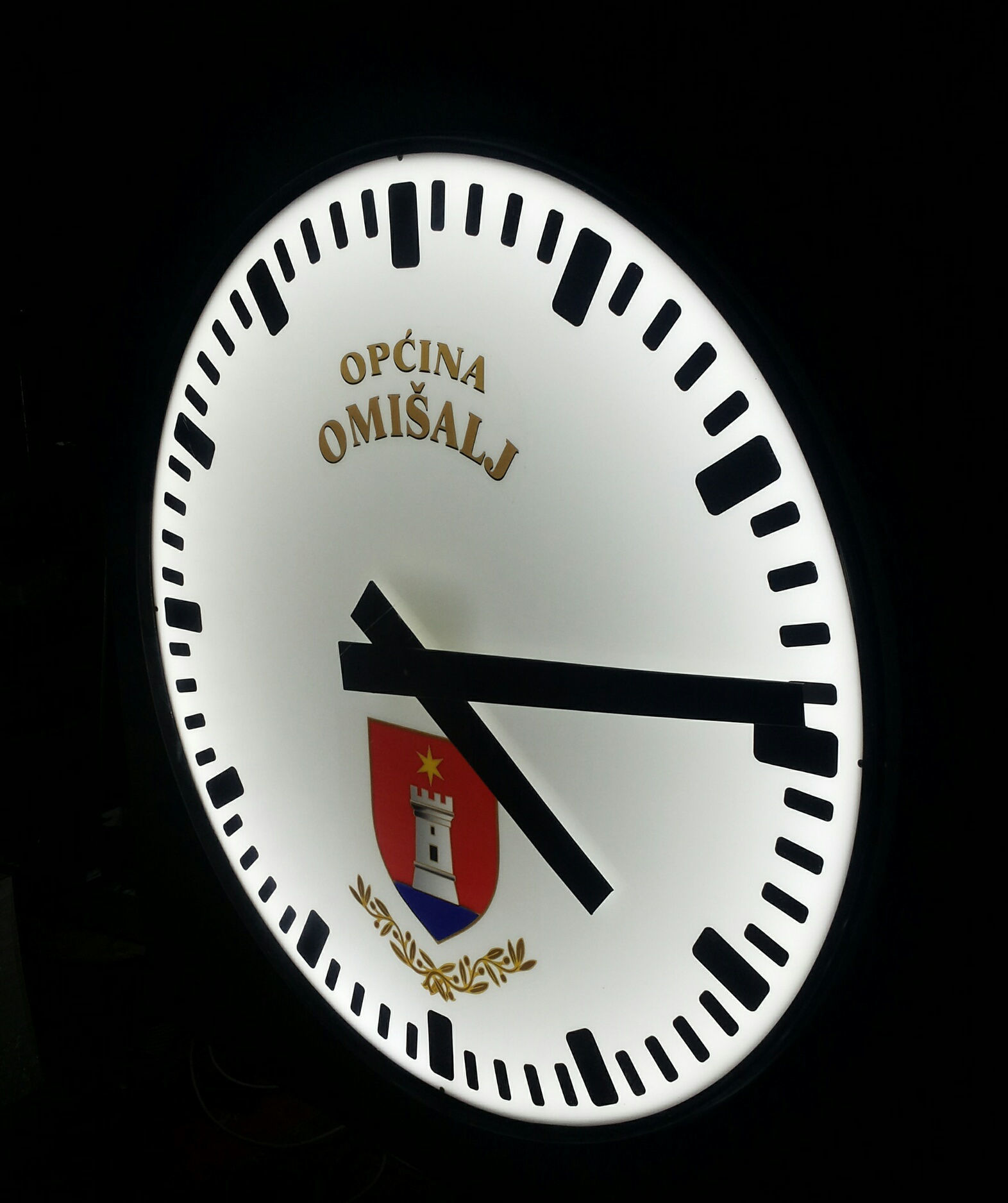 Javni analogni sat Omišalj